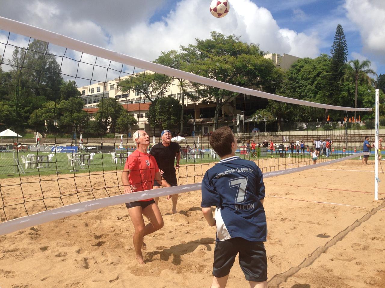Presidente Carlos Wüppel participou do jogo inaugural na quadra de futvôlei