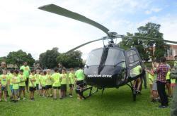 Helicóptero do Grupamento Aéreo da Polícia Civil faz demonstração para alunos do Esporte Verão