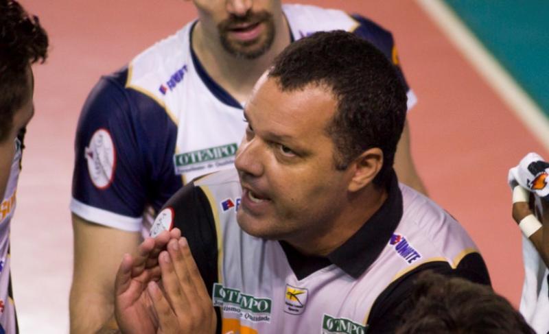 Bate-papo e voleibol > Marcelo Ramos, treinador do Montes Claros, vem a Sogipa ministrar dois treinos para as equipes de vôlei do clube