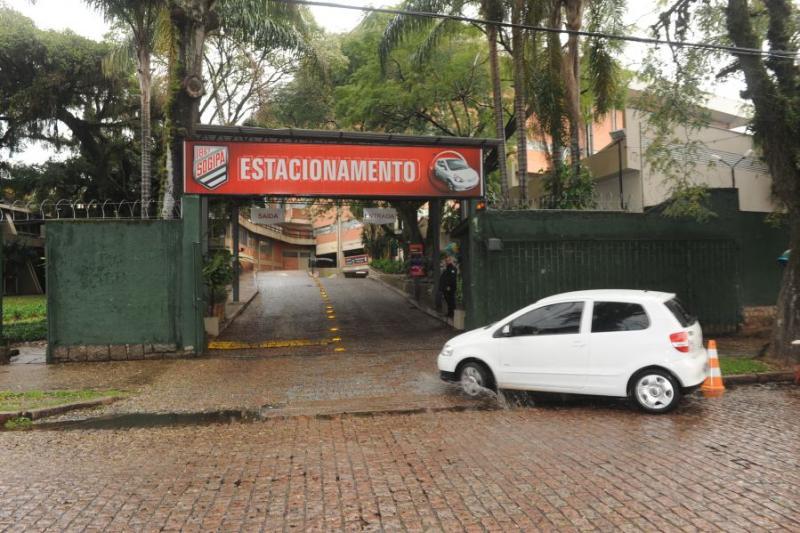Facilidade > Os associados da Sogipa podem saber no site ou pelo aplicativo quantas vagas estão disponíveis no estacionamento