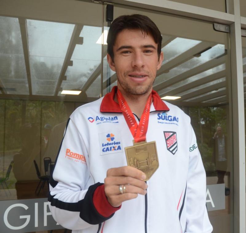 A volta do campeão > Alex Pires tem recepção especial e homenagem na Sogipa