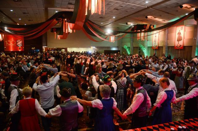 Baile de Abertura reúne aproximadamente 1 mil pessoas