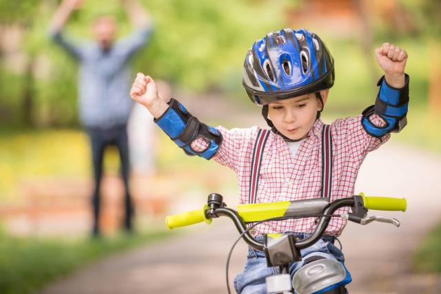 Crianças podem andar de bicicleta na área do centro recreativo