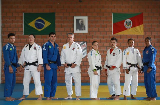 Kiko, no centro, com os sete atletas da Sogipa que vão para o Mundial