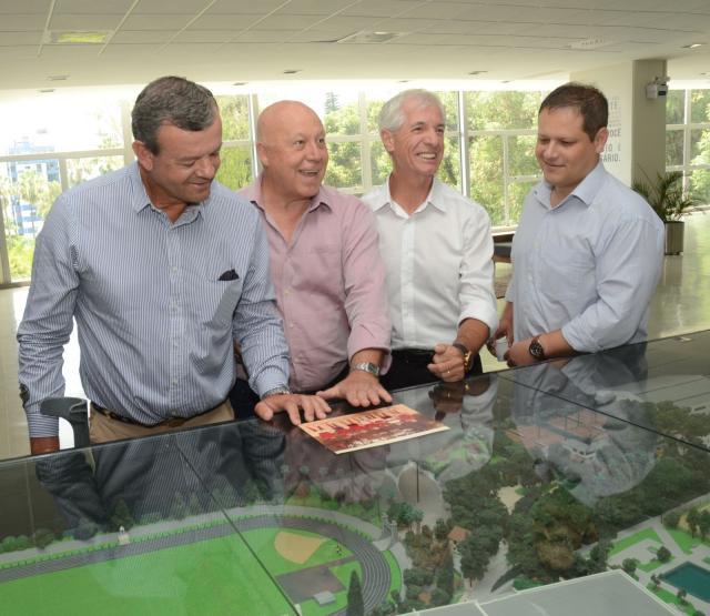 Lars, Hruby, Wüppel e Viero observam uma maquete do clube