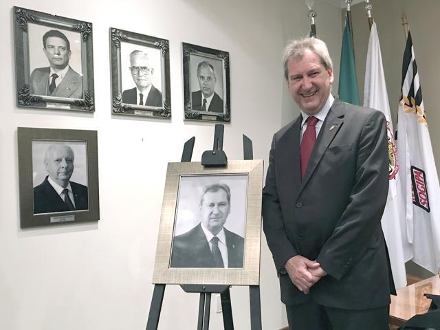 Ricardo Schwarz junto a sua foto que será fixada na Galeria dos Ex-Presidentes
