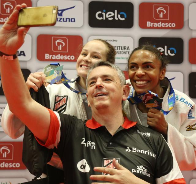 técnico Kiko faz selfie com Milene e Érika