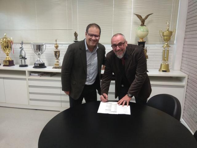 Vice de esportes, Sandro Viero, e o diretor de basquete da Sogipa, Régis Kauim, assinam o contrato